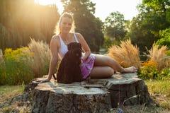 Bella donna con il cane immagini stock libere da diritti