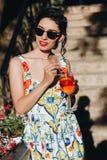 Bella donna con il cocktail immagini stock libere da diritti