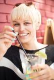 Bella donna con il cocktail in caffè Fotografia Stock Libera da Diritti