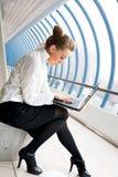 Bella donna con il computer portatile immagine stock