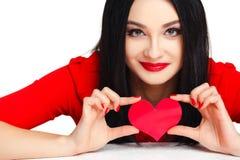 Bella donna con il cuore di giorno di biglietti di S. Valentino fotografia stock libera da diritti