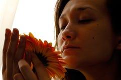 Bella donna con il fiore della margherita Fotografie Stock