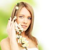 Bella donna con il fiore della sorgente Immagini Stock