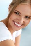Bella donna con il fronte di bellezza, sorridere bianco sano dei denti Immagine Stock