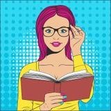 Bella donna con il libro Immagini Stock