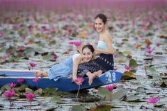 Bella donna con il mare rosso del loto Fotografia Stock Libera da Diritti