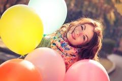 Bella donna con il parco variopinto dei palloni in primavera Fotografie Stock