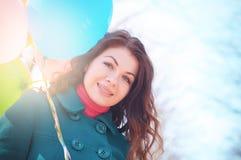 Bella donna con il parco variopinto dei palloni in primavera Fotografia Stock