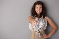 Bella donna con il pollice su che sorride Fotografie Stock Libere da Diritti