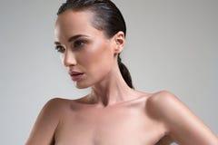 Bella donna con il ritratto perfetto dello studio di bellezza della pelle su Gray Background Immagine Stock