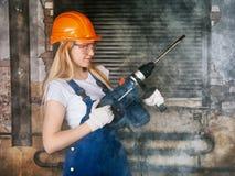 Bella donna con il trapano pesante Fotografia Stock Libera da Diritti