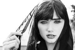 Bella donna con il velo nero sopra la sua testa fotografie stock
