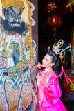 Bella donna con il vestito rosa cinese da traitional Fotografie Stock