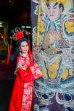 Bella donna con il vestito rosso dal cinese tradizionale Fotografie Stock