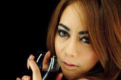 Bella donna con il vetro di vino Fotografie Stock Libere da Diritti
