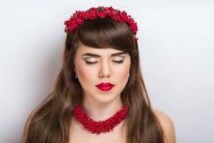 Bella donna con l'accessorio rosso Fotografie Stock Libere da Diritti