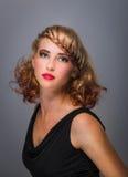 Bella donna con l'acconciatura elegante Fotografie Stock Libere da Diritti