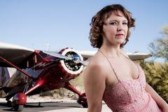 Bella donna con l'aereo privato immagini stock libere da diritti