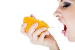 Bella donna con l'arancio Fotografie Stock Libere da Diritti