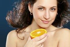 Bella donna con l'arancio fresco immagine stock
