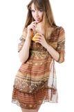 Bella donna con l'arancio fresco fotografia stock libera da diritti