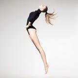 Bella donna con l'ente esile perfetto e le gambe lunghe che saltano - f Immagini Stock Libere da Diritti