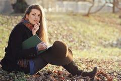 Bella donna con l'espressione incerta Fotografie Stock Libere da Diritti