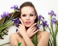 Bella donna con l'iride del fiore, isolata sopra immagini stock libere da diritti