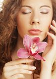 Bella donna con l'orchidea rosa Fotografia Stock Libera da Diritti