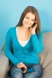 Bella donna con la compressa ed il telefono a casa Fotografia Stock