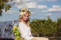 Bella donna con la corona del fiore sulla sua testa Fotografia Stock Libera da Diritti
