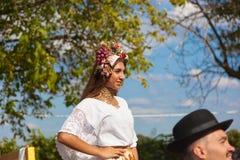 Bella donna con la corona del fiore sulla sua testa Immagini Stock