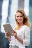 Bella donna con la linguetta elettronica nella via immagini stock libere da diritti