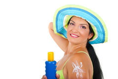 Bella donna con la lozione di protezione del sole Fotografia Stock Libera da Diritti