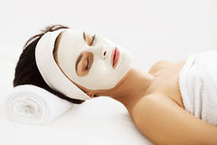 Bella donna con la maschera cosmetica sul fronte. La ragazza ottiene il trattamento Fotografie Stock