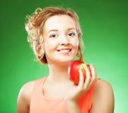 Bella donna con la mela rossa a disposizione fotografia stock libera da diritti