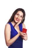 Bella donna con la sorpresa del presente del contenitore di regalo di giorno di biglietti di S. Valentino sopra Fotografia Stock