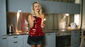 Bella donna con la stella filante ed il vino stock footage
