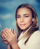 Bella donna con la tazza di caffè Immagine Stock Libera da Diritti