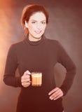 Bella donna con la tazza di vetro disponibila Fotografie Stock