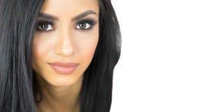 Bella donna con le caratteristiche esotiche ed i capelli scuri lunghi immagini stock libere da diritti