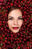 Bella donna con le ciliege Immagine Stock