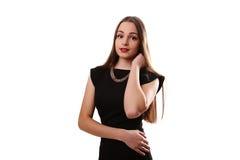 Bella donna con le labbra rosse in poco vestito nero isolato sopra Immagine Stock