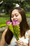 Bella donna con le orchidee a terra Immagini Stock