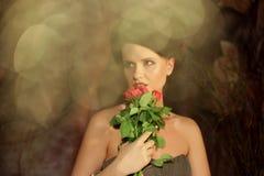 Bella donna con le rose rosse Fotografia Stock