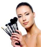 Bella donna con le spazzole di trucco Fotografia Stock Libera da Diritti