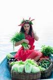 Bella donna con le verdure e le cipolle verdi Fotografie Stock Libere da Diritti