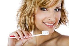 Bella donna con lo spazzolino da denti e la pasta Immagini Stock