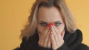 Bella donna con lo starnuto di influenza triste video d archivio