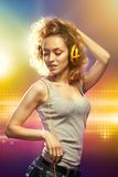 Bella donna con musica d'ascolto delle cuffie Fotografie Stock Libere da Diritti